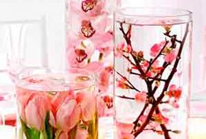 Centros de mesa con flores sumergidas en agua. ¡Ideas para una cena especial!
