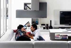 Cómo colocar la TV y el sofá en el salón-comedor