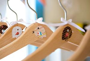 Perchas personalizadas para llenar de estilo el interior del armario