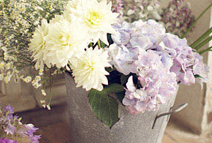 Decorar con flores sin jarrón pero con mucho ingenio