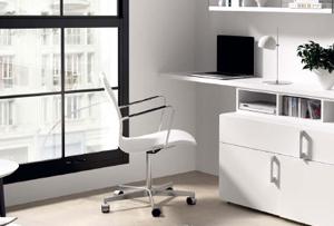 Muebles con escritorio. Un salón con zona de trabajo