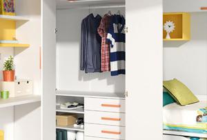 Ordenar el armario de los niños. Saca el abrigo y guarda el bañador