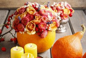 Decoración de mesa con calabazas. De calabaza a florero en un plis