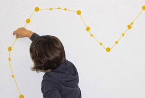 Decorar una pared con constelaciones. Un DIY para un dormitorio infantil